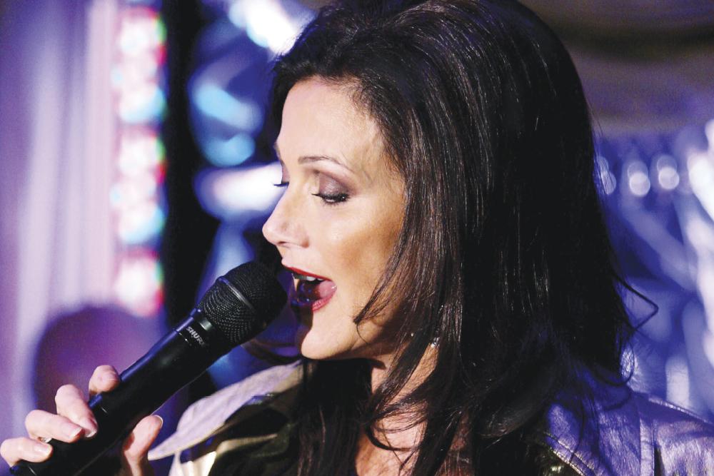 La mujer maravilla canta jazz