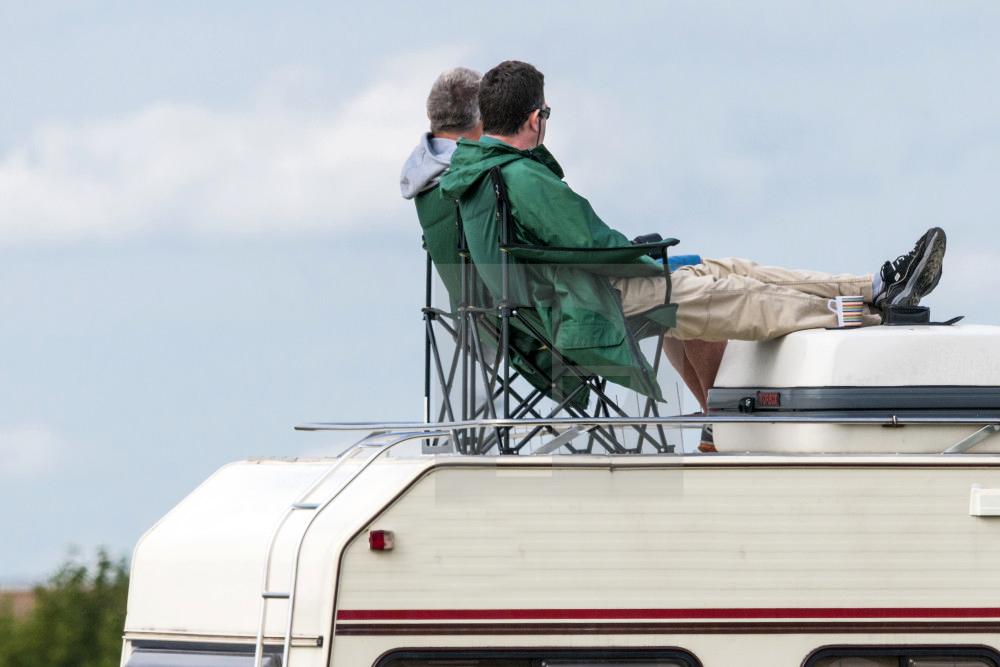 Un padre y un hijo solos, en un motorhome, a orillas del mar de Tasmania