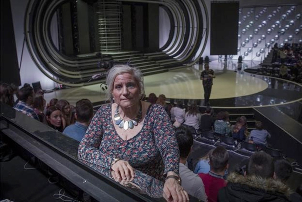 Encuentro con madre biológica en un set de televisión