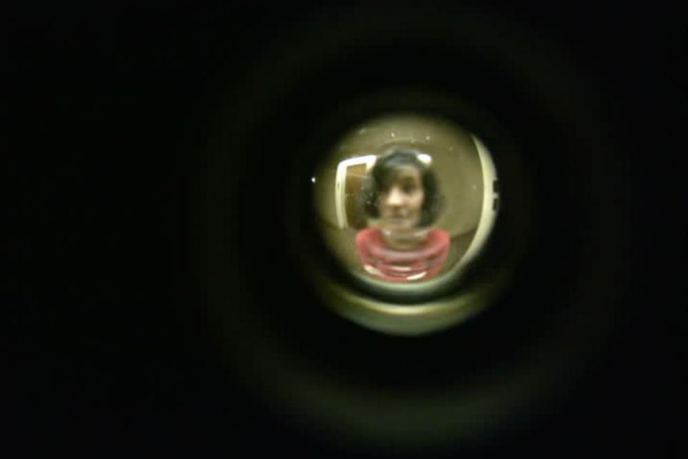 Encuentro con madre biológica detrás de la puerta