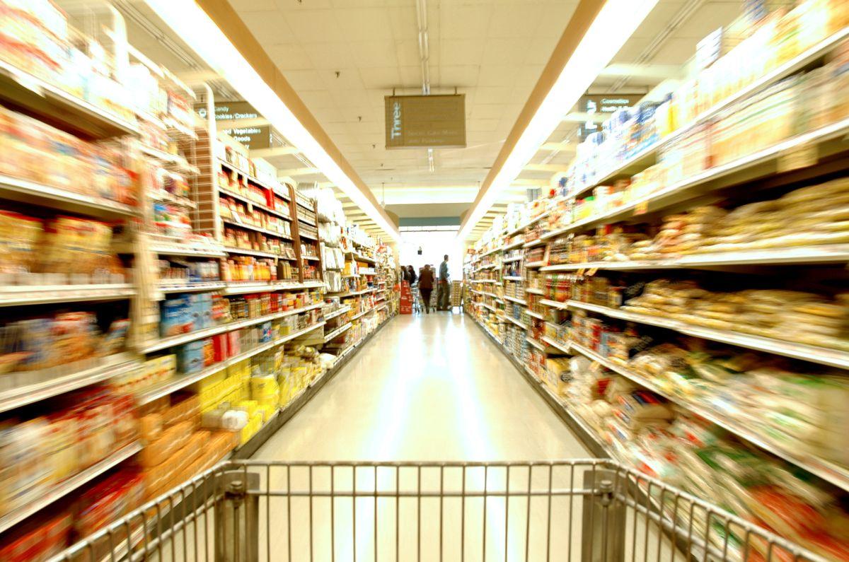 Supermercados vacíos y empleados que se aburren