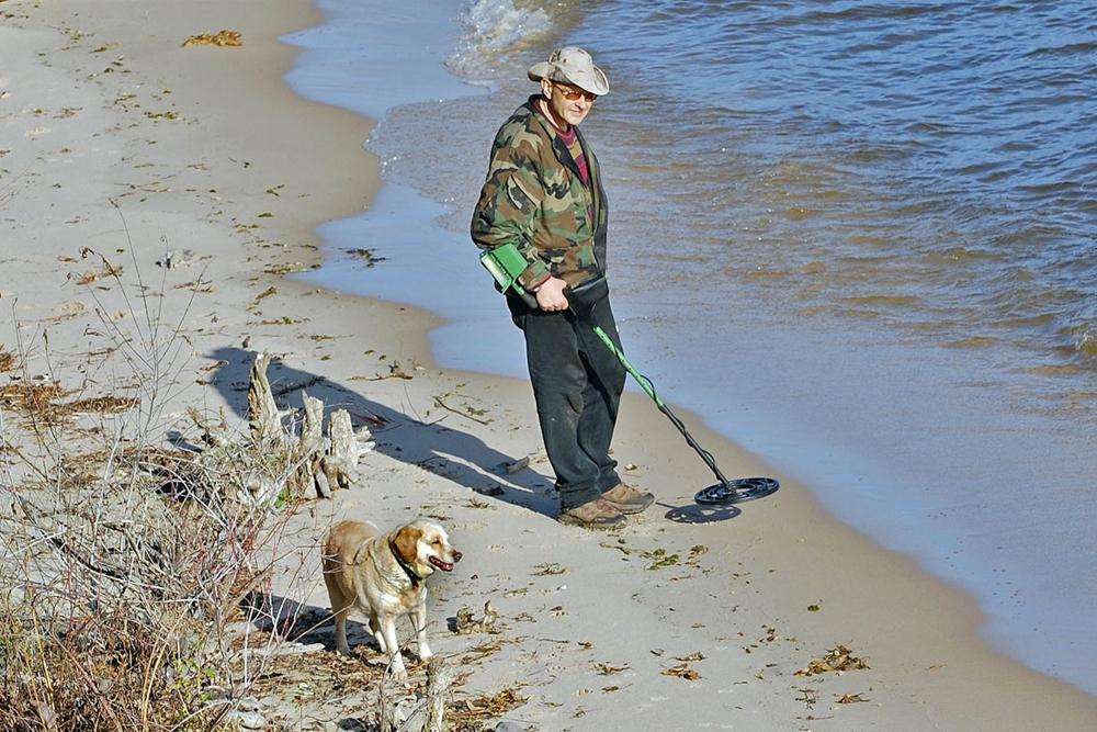 La historia del perro alzado y el hombre que buscaba metales en el río